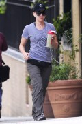 3e38a6145725246 Scarlett Johansson taking a walk in New York, August 18   5 HQs high resolution candids
